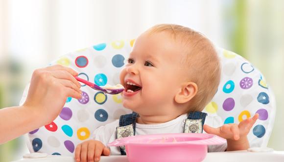 Mãe oferece alimentação complementar ao bebê, rica em micronutrientes (Crédito: Evgeny Atamanenko/Shutterstock)