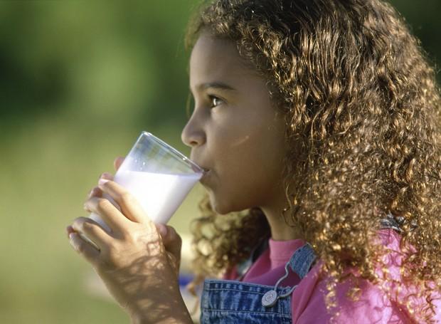 menina-toma-leite-alergia-alimentar