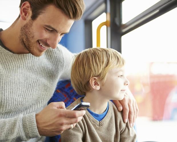 Pais e mães de distraem com o smartphone - mesmo na companhia dos filhos (Foto: Thinkstock)