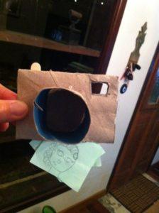 Máquina fotográfica feita com rolinho de papel higiênico.